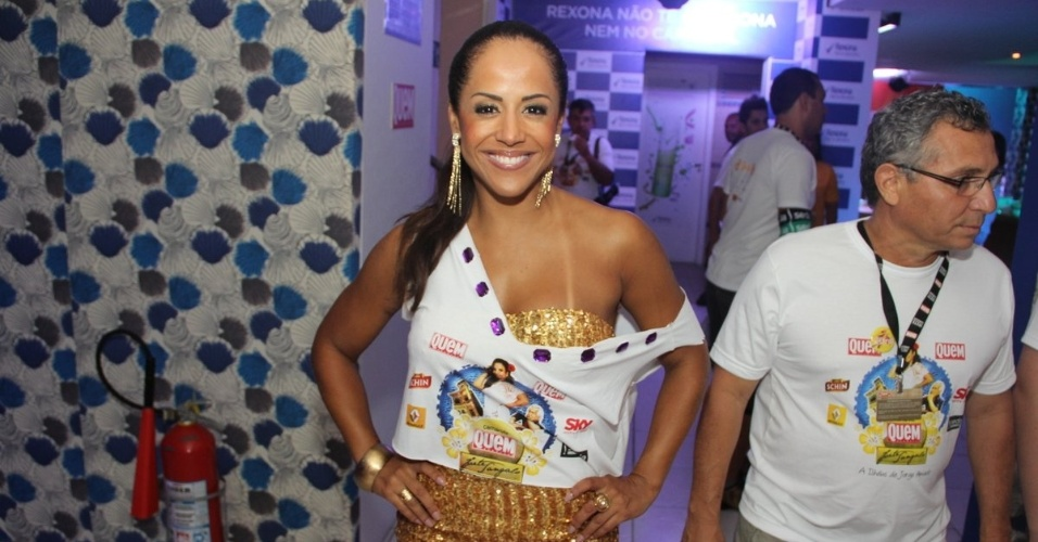 Carla Cristina posa para foto no camarote Quem, no segundo dia de Carnaval de Salvador (17/2/12)