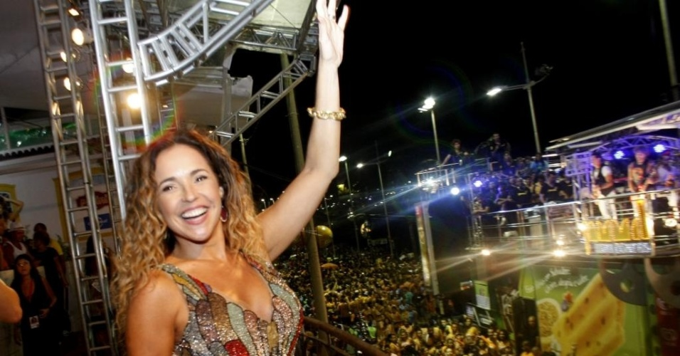 De seu camarote em Salvador, Daniela Mercury cumprimenta multid&#227;o de f&#227;s (16/2/12)