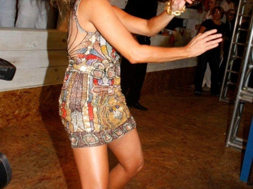 Daniela Mercury dança e joga os cabelos em seu camarote em Salvador (16/2/12)