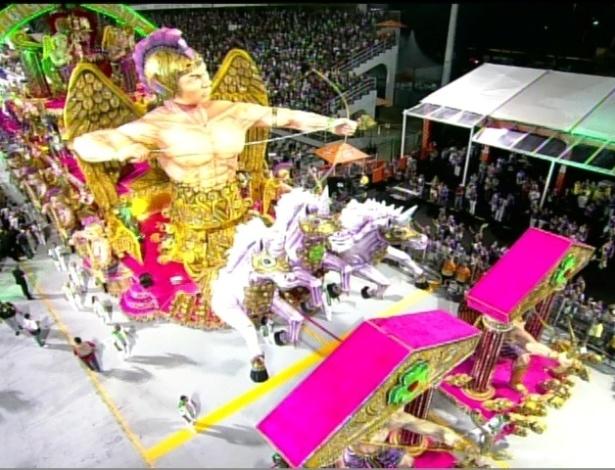 Carro alegórico traz o cupido em desfile da Camisa Verde e Branco no Anhembi, em São Paulo. O enredo da escola é sobre amor (17/2/12)