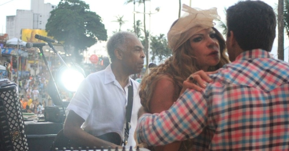 Elba Ramalho chega no camarote Expresso 2222 para cantar com Gilberto Gil na Varanda El&#233;trica (17/2/2012)