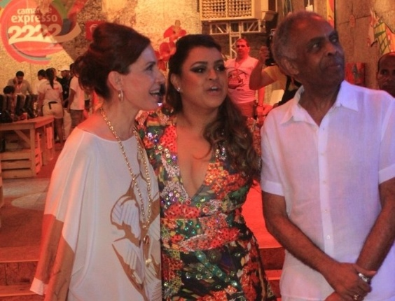 Flora Gil, Preta Gil  e Gilberto Gil posam para foto no camarote Expresso 2222 na tarde de sexta (17/2/2012)