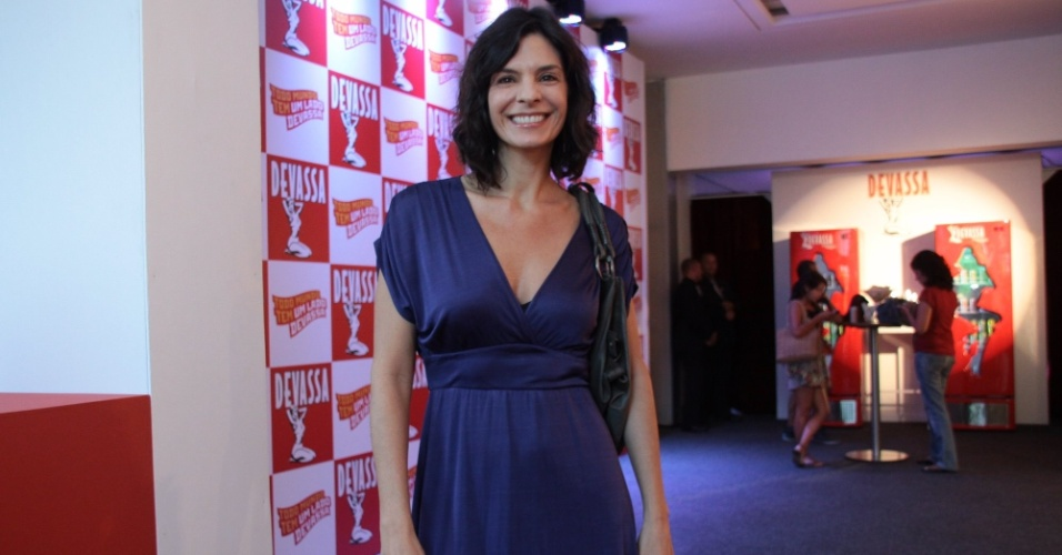 Helena Ranaldi no Jockey Club do Rio de Janeiro &#40;17/2/12&#41;. A atriz foi pegar a camiseta para participar do camarote da Devassa na Maqu&#234;s de Sapuca&#237;