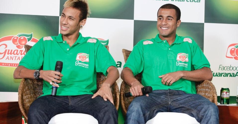 Neymar e Lucas conversam com a imprensa em Salvador (17/02/2012)