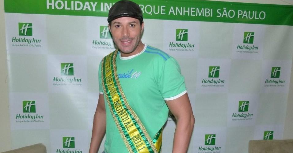 Ralph Santos, o Mister Universo, chega ao Holliday Inn para o desfile das escolas de samba de São Paulo (17/2/12)