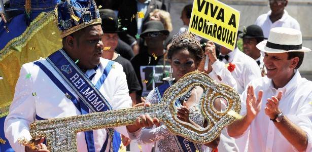 Rei Momo (à esq.) recebe as chaves da cidade do prefeito Eduardo Paes (à dir.) e abre oficialmente o Carnaval do Rio em 2012