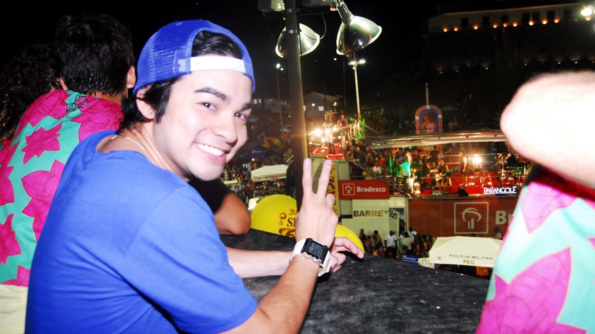 Yudi, apresentador do SBT, curte o Carnaval de Salvador no camarote da emissora na madrugada desta sexta-feira (17/2/12)