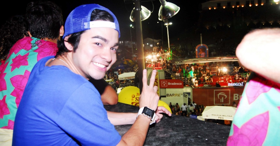 Yudi, apresentador do SBT, curte o Carnaval de Salvador no camarote da emissora na madrugada desta sexta-feira (17/2/12)