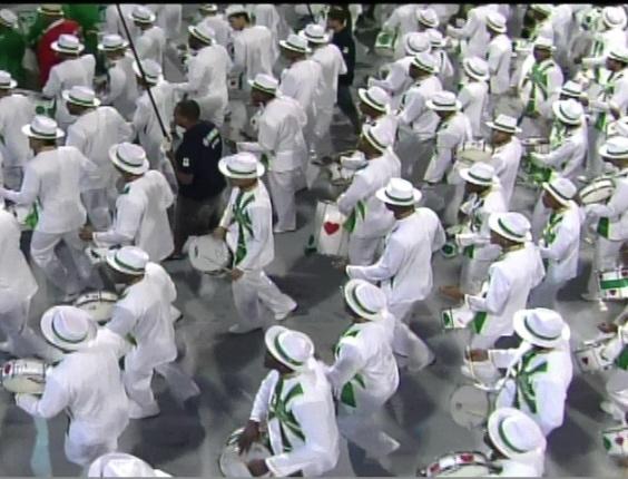 A bateria da Camisa Verde e Branco desfila no Anhembi, em São Paulo (17/2/12)