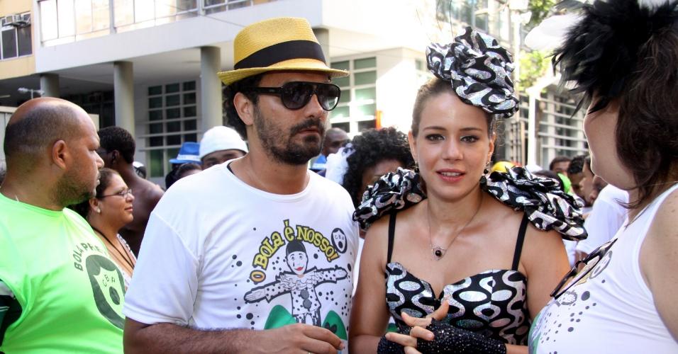 Leandra Leal aparece ao lado do namorado, Ale Youssef , no desfile (18/2/12)