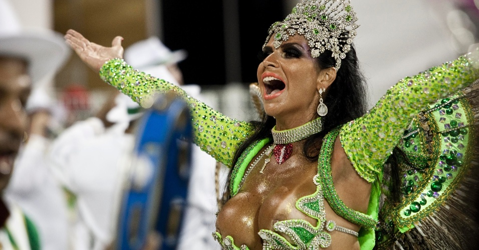 """A rainha de bateria Solange Gomes desfila na escola de samba Camisa Verde e Branco com o enredo """"E o Amor"""", na primeira noite do carnaval paulista"""