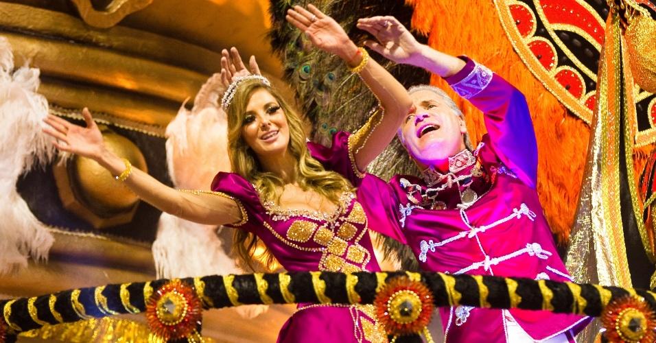 Acompanhado de sua mulher, Ticiane Pinheiro, Roberto Justus é homenageado pela Rosas de Ouro (17/2/12)