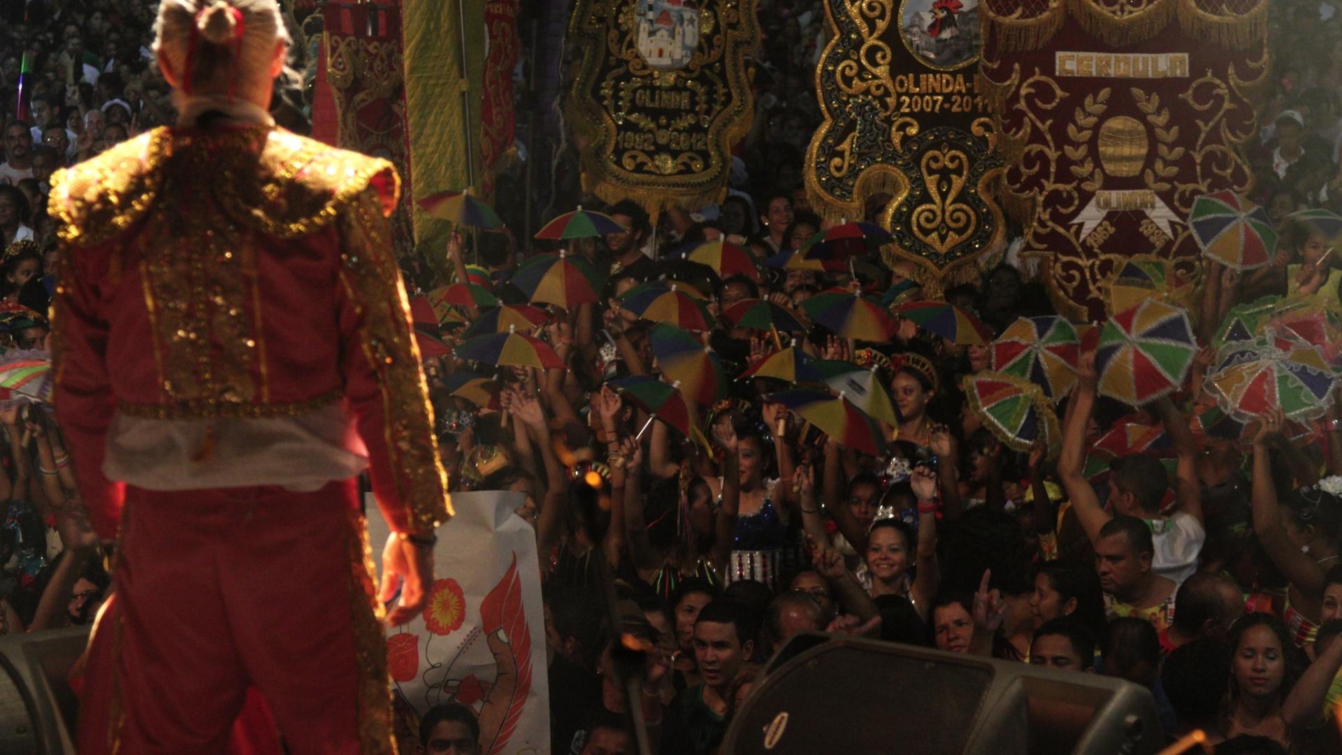 Alceu Valença se vestiu de toureiro para animar o início da Carnaval de Olinda (16/2/12)