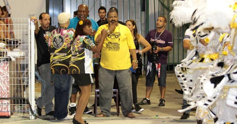 Arlindo Cruz (de amarelo) assiste desfile da Vai-Vai (18/2/2012)