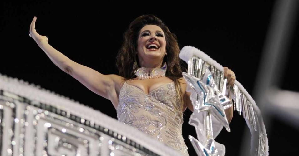 Cláudia Raia desfila em carro que mostra mulheres célebres da cultura (18/2/2012)