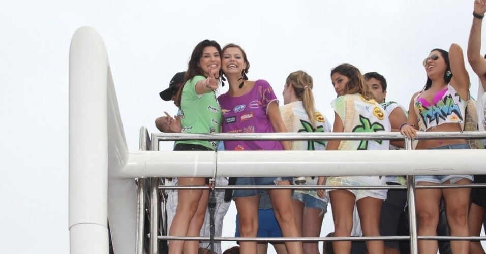 De cima do trio do Chiclete com Banana, Fernanda Paes Leme e Milena Toscano sorriem para fotógrafos em Salvador(18/2/12)