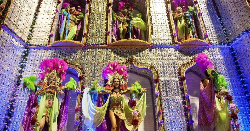 """Desfile da Camisa Verde e Branco, que levou o tema """"É o Amor"""", na primeira noite no Carnaval no Anhembi, São Paulo (17/2/12)"""