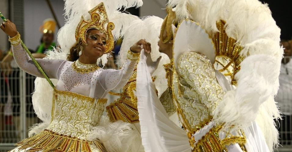 Emerson e Tati, mestre-sala e porta-bandeira da Camisa Verde e Branco, desfilam no Anhembi, em São Paulo (17/2/12)