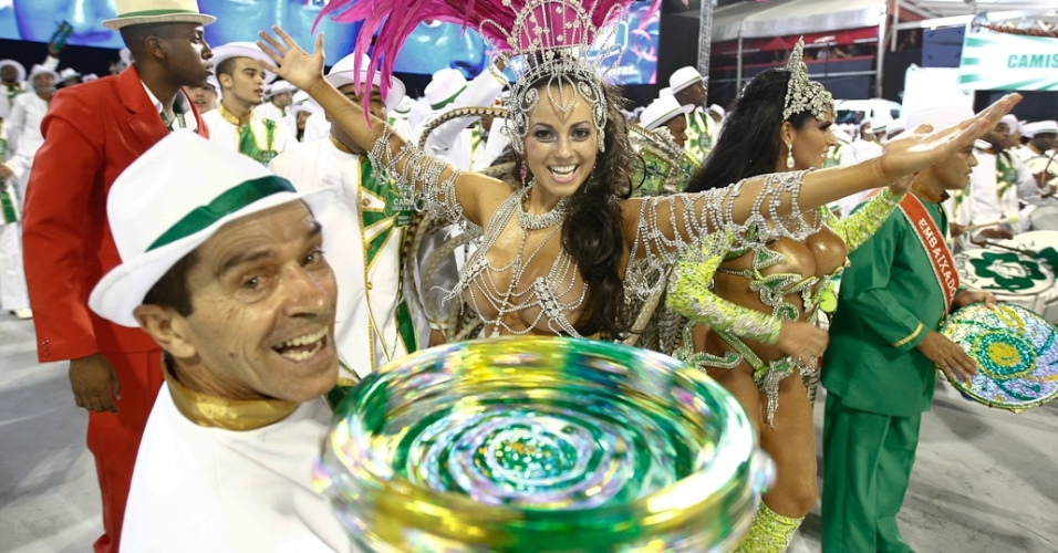 Fernanda Passos, princesa da bateria da Camisa Verde e Branco, desfila no Anhembi, em São Paulo (17/2/12)