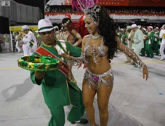 Fernanda Passos, princesa da bateria da Camisa Verde e Branco, no desfile da escola no Anhembi, em São Paulo (17/2/12)