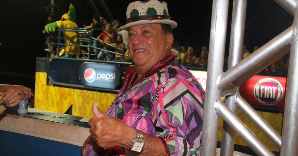 Genival Lacerda pula Carnaval em camarote. Ele tamb&#233;m se apresentou com Carlinhos Brown (18/2/12)