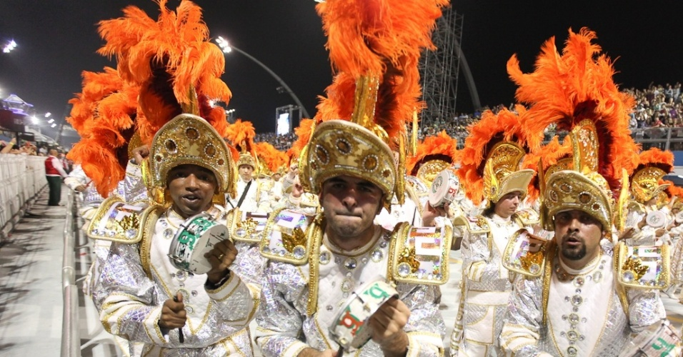 Integrantes da bateria da X-9 Paulistana se animam executando samba-enredo que fala do Rali dos Sertes (18/2/2012)
