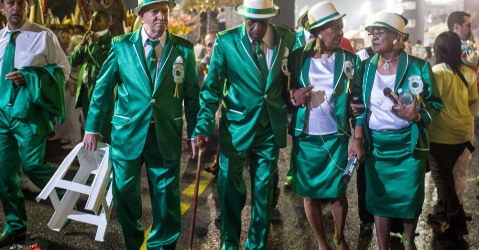 Integrantes da Camisa Verde e Branco no desfile da escola (17/2/12)