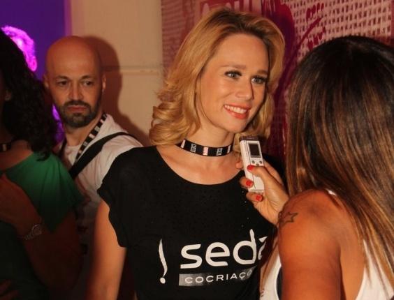 Mariana Ximenes pula Carnaval no camarote da revista Quem, em Salvador (17/2/12)
