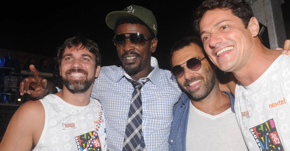 O ator Marcelo Faria com o cantor Seu Jorge e amigos na madrugada do s&#225;bado (18/2/12) no Camarote Salvador Nextel