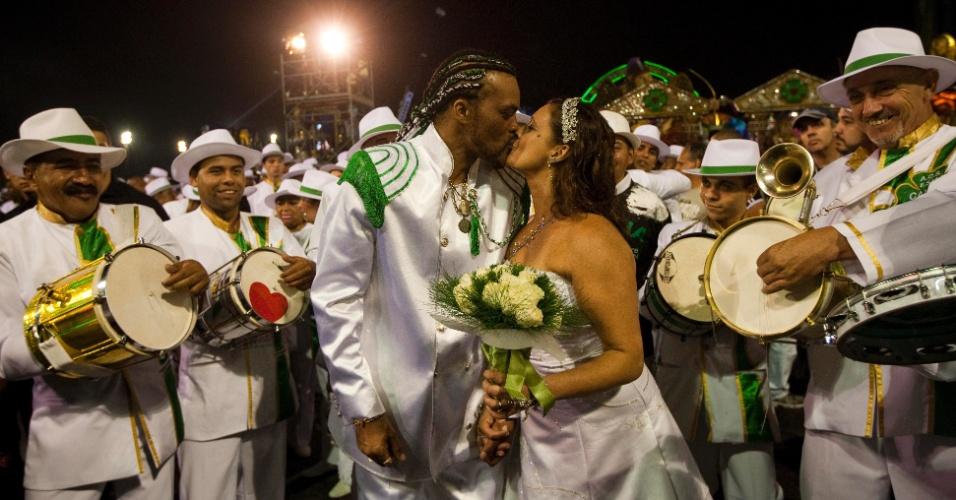 """Os noivos Agnaldo Amaral, 52, e Kátia Goncalves do Amaral, 40 se casam sob a benção do Padre Boanerges Bueno, 57, antes do inicio do desfile da Camisa Verde e Branco, que levou o enredo """"É o Amor"""" para a avenida (17/2/12)"""