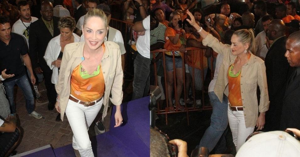 Sharon Stone chega ao camarote Terra sorridente e acenando ao público na noite deste sábado, em Salvador (18/2/12)