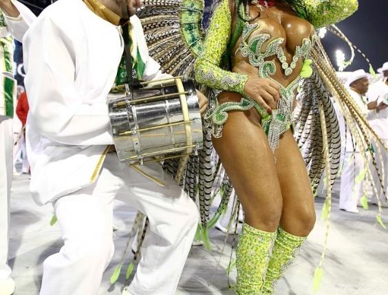Solange Gomes, madrinha de bateria da Camisa Verde e Branco, desfila no Anhembi, em São Paulo (17/2/12)