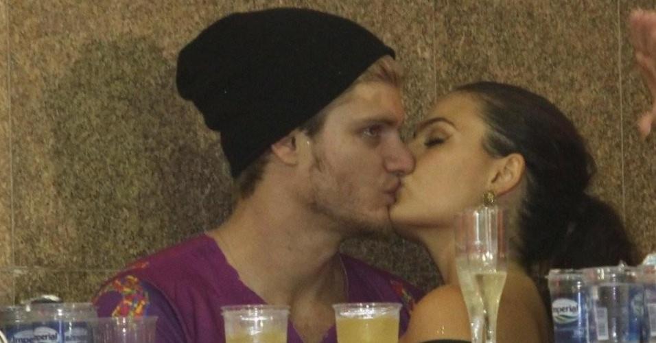 A atriz Ísis Valverde beija o namorado no camarote Contigo, em Salvador (18/2/12)