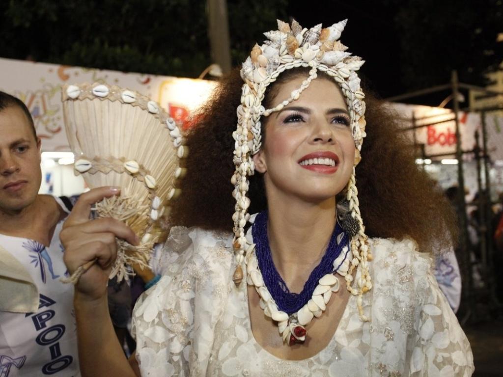 A cantora Vanessa da Matta espera na concentração a entrada da Portela na Sapucaí. Ela irá interpretar Clara Nunes no desfile da escola, que neste ano homenageia a Bahia (19/2/12)
