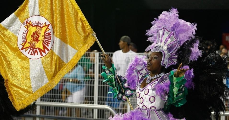 A porta-bandeira Pamela desfila em escola que fecha o Carnaval paulista (19/2/12)