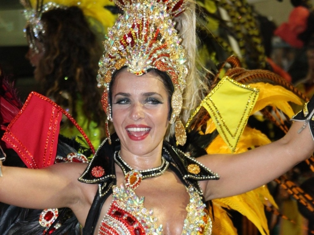 A rainha de bateria da Viradouro, Monique Alfradique, brilha em desfile e levanta a plateia na Sapuca, no Rio de Janeiro (18/2/12)