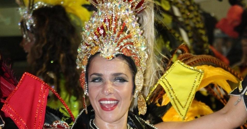 A rainha de bateria da Viradouro, Monique Alfradique, brilha em desfile e levanta a plateia na Sapucaí, no Rio de Janeiro (18/2/12)