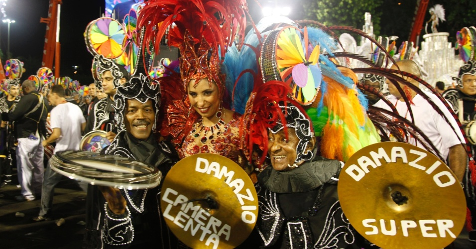 A rainha Patr&#237;cia Nery anima a bateria no desfile da Renascer de Jacarepagu&#225; na Sapuca&#237;, no Rio (19/2/12)