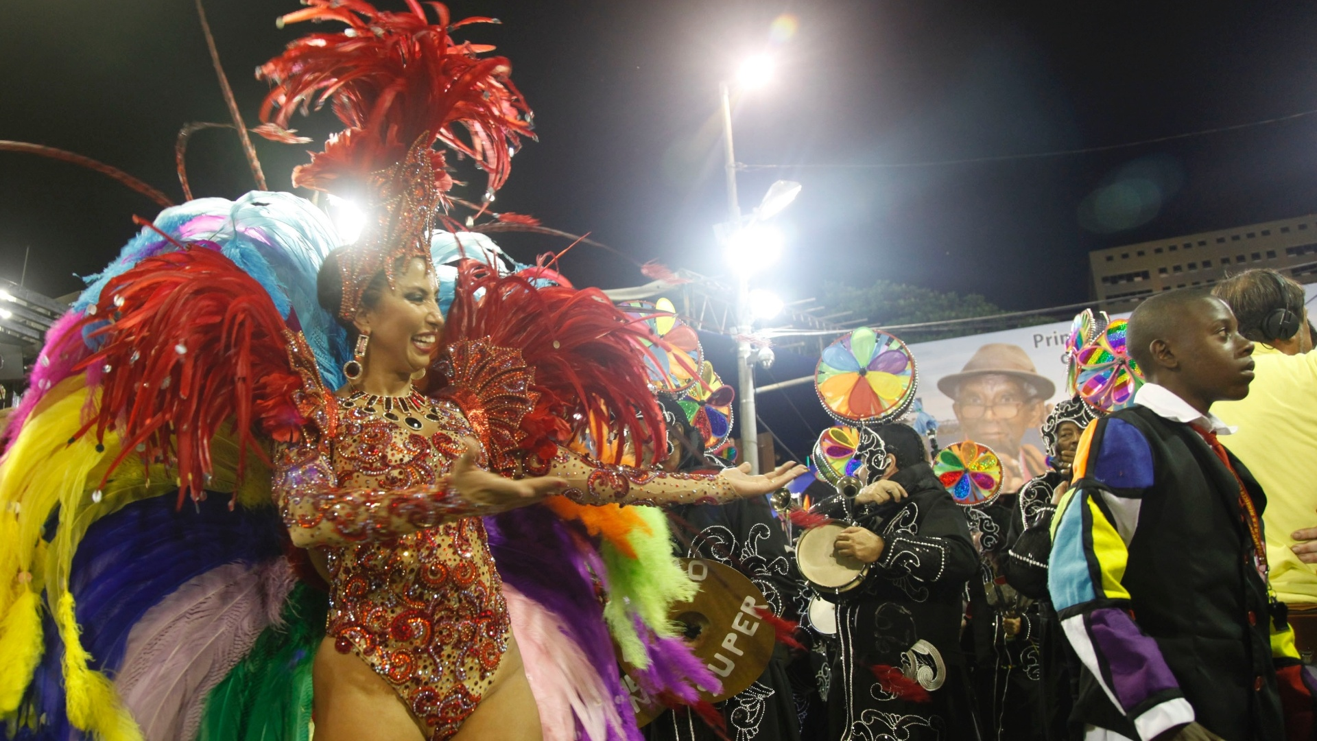 A rainha Patrcia Nery anima a bateria no desfile da Renascer de Jacarepagu na Sapuca, no Rio (19/2/12)