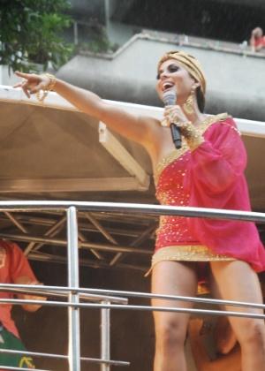 Aline Rosa, da Banda Cheiro de Amor, deixa calcinha à mostra durante show no circuito Campo Grande (Osmar), em Salvador (19/2/12)