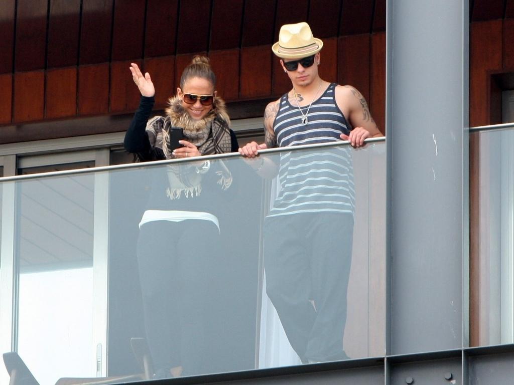 Ao lado do namorado Casper Smart, Jennifer Lopez acena para fãs da sacada do hotel Fasano, no Rio de Janeiro (19/2/12)