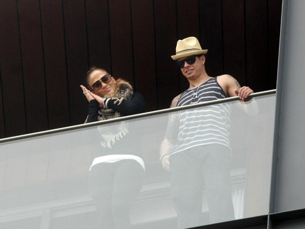 Ao lado do namorado, Casper Smart, Jennifer Lopez gesticula para fãs que irá tirar uma soneca no hotel onde está hospedada, no Rio de Janeiro (19/2/12)