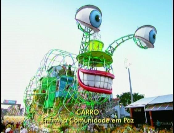 Carro alegórico da Tom Maior que representa a comunidade dentro da concha de um caramujo (19/2/2012)