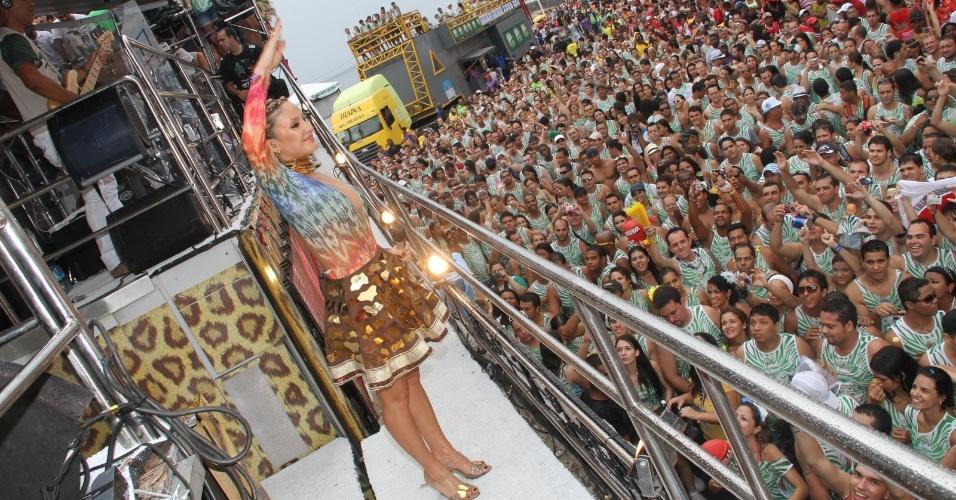 Claudia Leitte sobe em seu trio no circuito Barra-Ondina, em Salvador. Seu figurino homenageia as mulheres-girafas, como são denominadas algumas etinias de Gana, na África (19/02/2012)