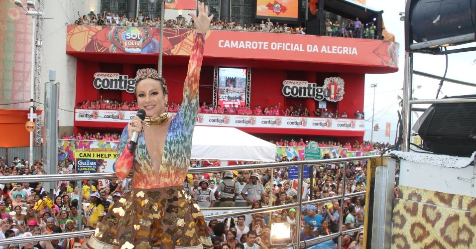 Claudia Leitte sobe em seu trio no circuito Barra-Ondina, em Salvador &#40;19/02/2012&#41;