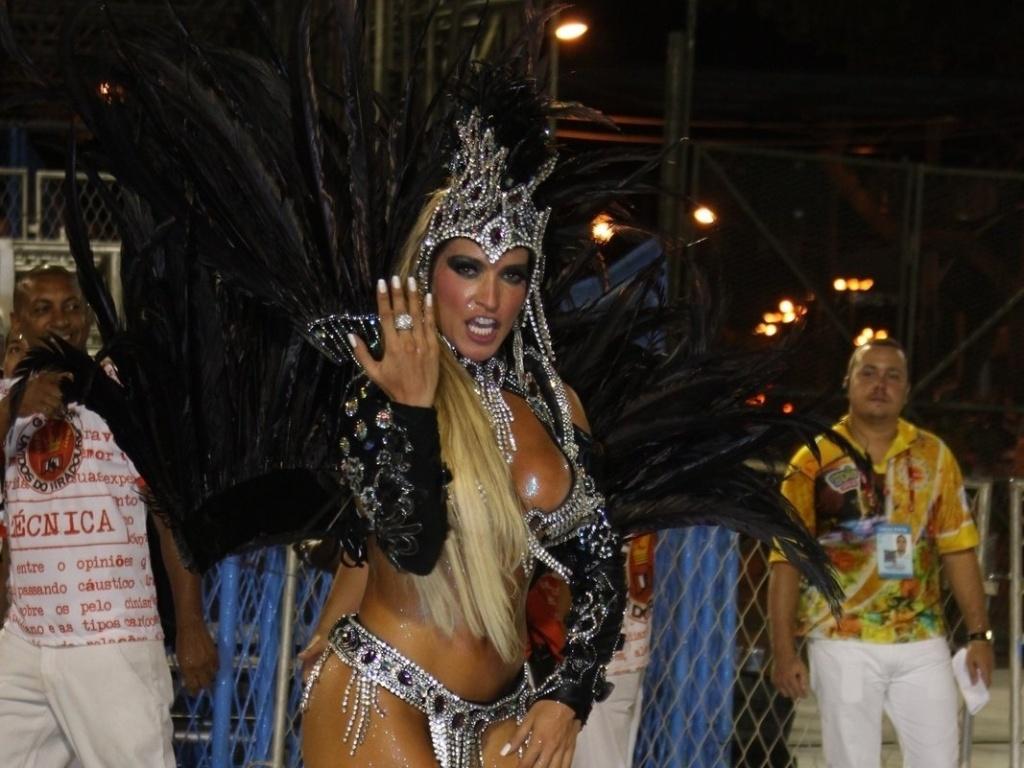 Com homenagem ao dramaturgo Nelson Rodrigues, passista da Viradouro brilha em desfile na Sapucaí, no Rio de Janeiro (18/2/12)