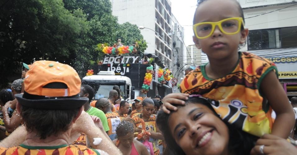 Crianças e adultos andam atrás do trio de EdCity, em Campo Grande (Osmar), em Salvador (19/2/12)