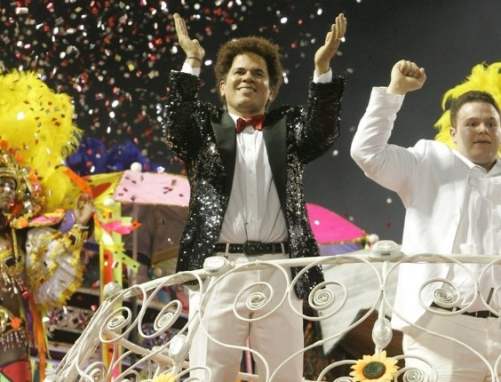 Homenageado pela Renascer de Jacarepagu&#225;, Romero Britto desfila na Sapuca&#237;, no Rio (19/2/12)
