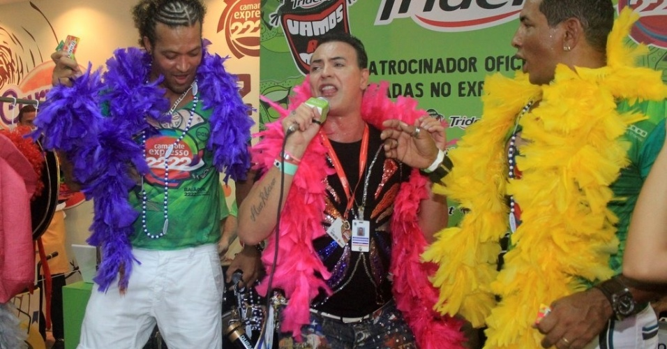 Ex-bbb Dic&#233;sar canta no camarote Expresso 2222 no Carnaval de Salvador (19/2/12)