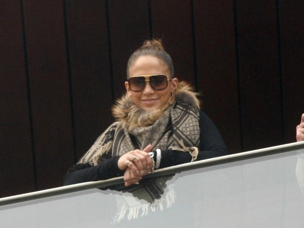 Jennifer Lopez posa em sacada de hotel no Rio de Janeiro ao lado do namorado, o dançarino Casper Smart
